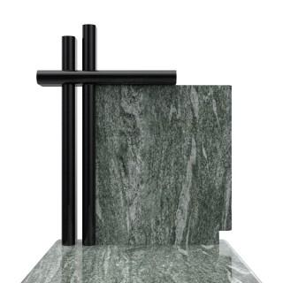 Nagrobek w prostej stylizacji z krzyżem ozdobnym opartym o tablicę.
